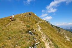 Montering Baldo, Italien - Augusti 15, 2017: gå bergturism folket klättrar berget Royaltyfri Foto