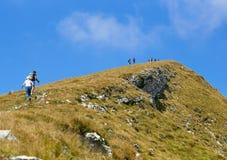 Montering Baldo, Italien - Augusti 15, 2017: gå bergturism folket klättrar berget Royaltyfria Foton