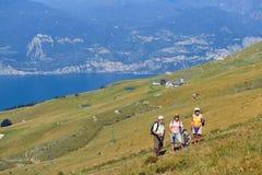 Montering Baldo, Italien - Augusti 15, 2017: Gå familjen som klättrar berget Royaltyfri Foto