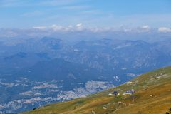 Montering Baldo, Italien - Augusti 15, 2017: Gå familjen som klättrar berget Royaltyfria Foton