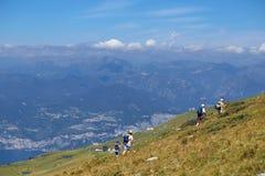 Montering Baldo, Italien - Augusti 15, 2017: Gå familjen som klättrar berget Fotografering för Bildbyråer