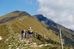 Montering Baldo, Italien - Augusti 15, 2017: Gå familjen som klättrar berget Royaltyfri Bild