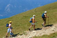 Montering Baldo, Italien - Augusti 15, 2017: Gå familjen som klättrar berget Royaltyfri Fotografi