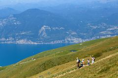 Montering Baldo, Italien - Augusti 15, 2017: Gå familjen som klättrar berget Royaltyfria Bilder