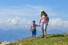 Montering Baldo, Italien - Augusti 15, 2017: Lycklig moder med hennes son som går turister på berget Arkivbilder
