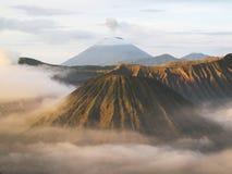 Montering Batok Bromo Sumeru med dimma Arkivbild