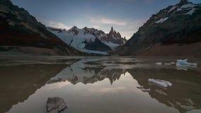 Montering Cerro Torre på solnedgången Sjö Torre, Patagonia, Argentina arkivfilmer
