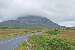 Montering Errigal Co Donegal Irland arkivfoto