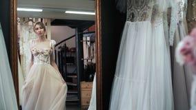 Montering för bröllopkappa fashion looken arkivfilmer