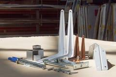 Montering för exponeringsglashyllor eller trä Hållare för möblemang, hyllor av olika material, olika färger och former Royaltyfri Fotografi