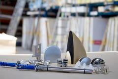 Montering för exponeringsglashyllor eller trä Hållare för möblemang, hyllor av olika material, olika färger och former Fotografering för Bildbyråer