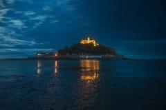 Montering för St Michael's på natten arkivbilder