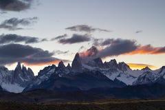 Montering Fitz Roy och Cerro Torre på solnedgången, Patagonia, Argentina royaltyfri bild