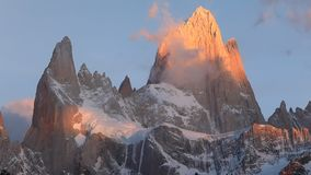 Montering Fitz Roy på gryning Argentina Patagonia arkivfilmer