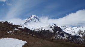 Montering Kazbek i molnen arkivfilmer