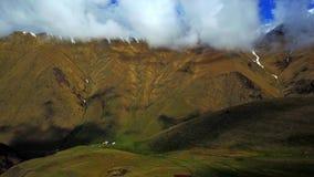 Montering Kazbek Sikt från ovannämnt på en grön bergdal och bergby stock video