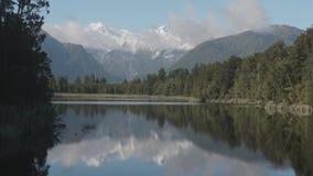 montering Kock och montering Tasman från sjön Matheson, Nya Zeeland stock video