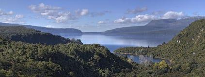 Montering och sjö Tarawera Arkivfoto