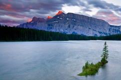 Montering Rundle och två Jack Lake, Banff nationalpark Royaltyfri Foto