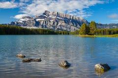 Montering Rundle och två stålar sjö i den Banff nationalparken, Alberta Arkivbilder