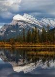 Montering Rundle reflekterad nationalpark i för Vermillion sjöar, Banff Arkivbild