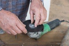 Montering sandpappra skivan till vinkelmolar Fotografering för Bildbyråer