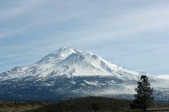 Montering Shasta från I-5 arkivfoto
