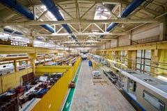 Montering shoppar golvet på den Mytishchi Metrovagonmash fabriken Arkivfoto