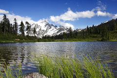 Montering Shuksan och bild sjö arkivfoton