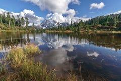 Montering Shuksan och bild sjö i bagaren Wilderness arkivfoton
