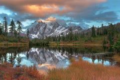 Montering Shuksan och bild sjö i bagaren Wilderness arkivbild