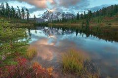 Montering Shuksan och bild sjö i bagaren Wilderness royaltyfri bild