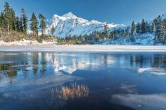 Montering Shuksan och bild sjö i bagaren Wilderness arkivbilder