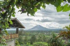 Montering Sinabung med naturligt inrama royaltyfri fotografi