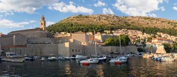 Montering Srd som förbiser den Dubrovnik hamnen royaltyfri fotografi