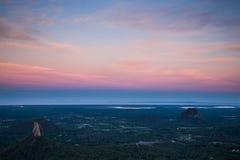 Montering Tibrogargen och solnedgång för monteringsCoomowrin st arkivbild