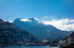 Montering Ulriken som beskådas från det Bergen centret Royaltyfri Bild