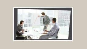 Montering van bedrijfsmensen die over sommige projecten spreken stock videobeelden