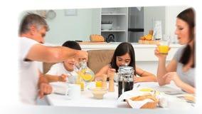 Montering van een familie die ogenblikken samen delen stock footage