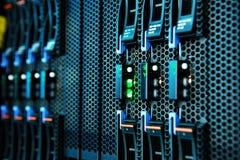 Monteringen för nätverksserveren på kuggen i data hyr rum arkivbilder