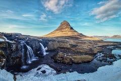 Monteringen Kirkjufell av Snaefellsnes, Island som f?ngas p? solnedg?ngen arkivbilder