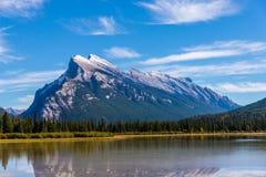 Monteringen Rundle reflekterade nationalparken i f?r den Vermillion sj?n, Banff, Alberta, Kanada fotografering för bildbyråer