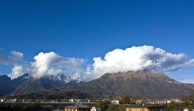 Monteringen Serva och den Schiara gruppen dominerar staden av Belluno Royaltyfria Bilder