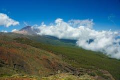 Monteringen Teide står högt över Tenerife, som det låga molnet rullar in royaltyfri foto