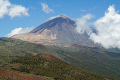 Monteringen Teide står högt över Tenerife, som det låga molnet rullar in fotografering för bildbyråer
