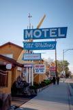 Monteringen Whitney Motel i den historiska byn av ensamt s?rjer - ENSAMT S?RJA CA, USA - MARS 29, 2019 arkivfoto
