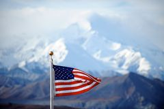 MonteringsMcKinley maximum och US-flagga, Alaska, US Royaltyfria Bilder
