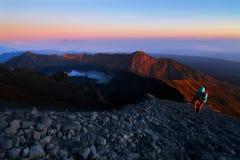 MonteringsRinjani krater sjö på soluppgång Royaltyfri Fotografi