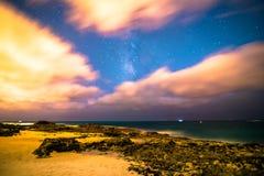 Monteringtoevlucht Milkyway, sterren, en wolken Royalty-vrije Stock Foto