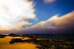 Monteringtoevlucht Milkyway, sterren, en wolken Royalty-vrije Stock Foto's